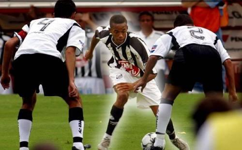 O futebol arte e irreverente do craque Robinho foi lembrado por Chico no filme.