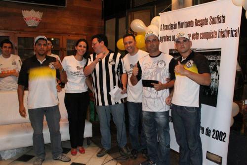 Luciano (Presidente da Torcida Organizada Sangue Jovem) recebeu homenagem das mãos de Edmar Junior (Diretor Social da Resgate Santista)