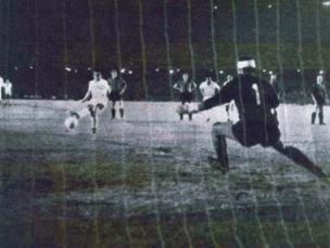 O momento mágico vivido por Dalmo aconteceu no Maracanã, no dia 16 de Novembro de 1963, quando Dalmo fez de pênalti o gol da vitória santista na terceira partida das finais diante do Milan e o Santos Futebol Clube sagrou-se assim BI-CAMPEÃO MUNDIAL