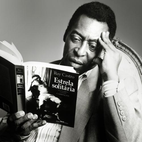 Rei Pelé lendo biografia de Garrincha e relembrando do saudoso anjo das pernas tortas.