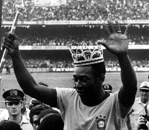 Com uma coroa na cabeça e um cetro na mão, Pelé acena para o público ao deixar o campo em sua despedida da Seleção Brasileira em São Paulo. No jogo realizado no estádio do Morumbi. O Brasil venceu a Áustria por 1 x 0. 11/7/1971. Foto: Domício Pinheiro/AE