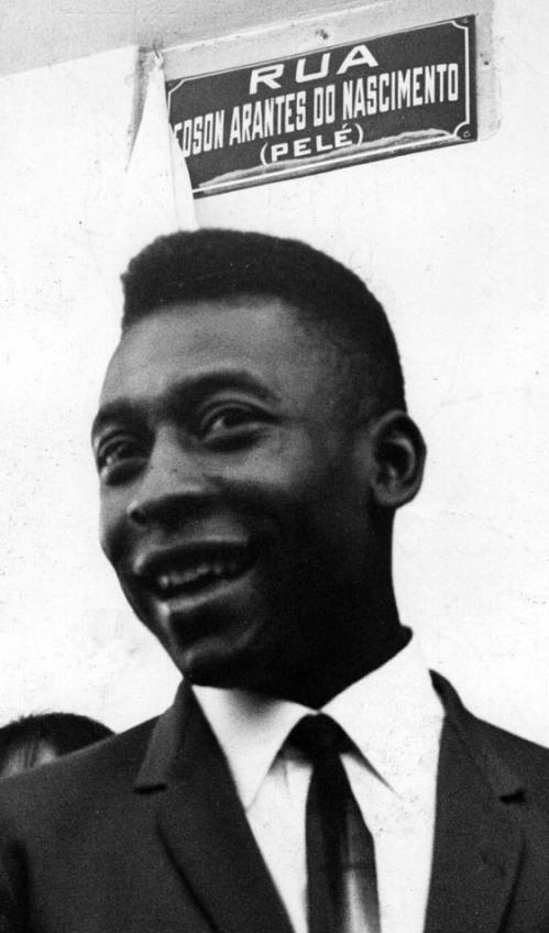 Pelé posa junto a placa de rua que leva seu nome, em Três Corações. A Rua 13, uma ladeira estreita onde ficava a casa na qual nasceu Pelé, teve o nome trocado em homenagem ao Rei do Futebol, durante a preparação da Seleção Brasileira para Copa da Inglaterra. 19/04/1966. Foto: Domício Pinheiro/AE