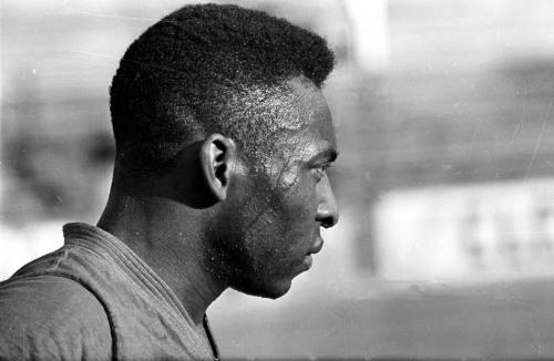 O suor escorre pelo rosto de Pelé durante um treinamento. Em qualquer circunstância, o Rei mostrava total dedicação em campo. Santos, 01/01/1960. Foto: Domício Pinheiro/AE