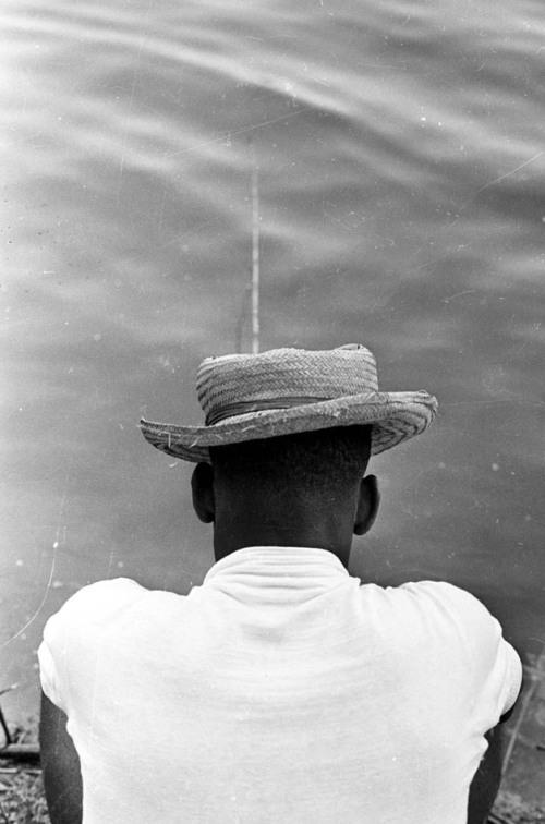 Santos, SP. Década de 1960. Pelé, usando um chapéu de palha, pesca na beira de rio antes de jogo do Santos. Foto: Domício Pinheiro/AE