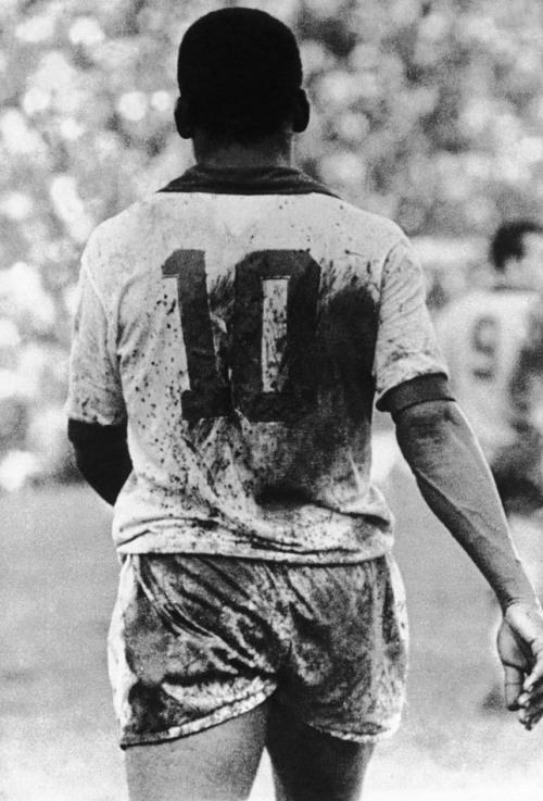 Pelé com o uniforme da Seleção Brasileira sujo de barro em campo, durante partida no Rio de Janeiro, na década de 70. 01/01/1970. Foto: Domício Pinheiro/AE