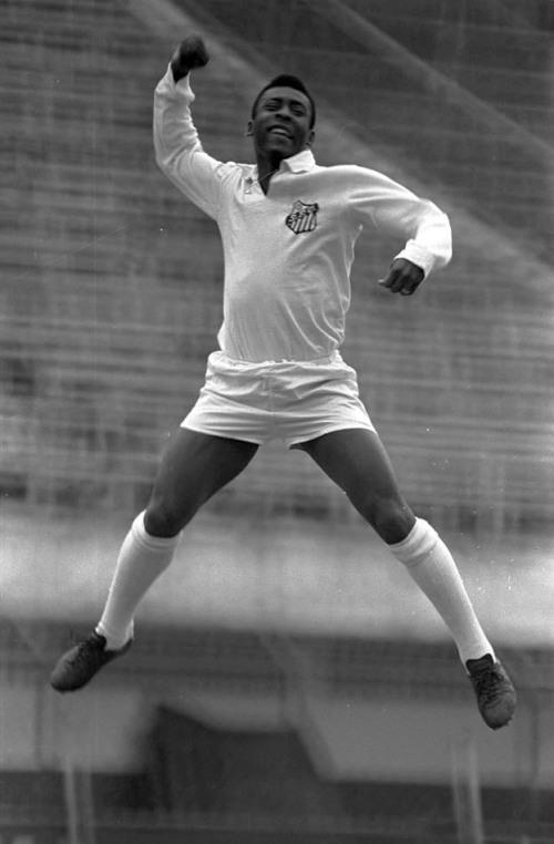 """Pelé """"soca o ar"""", gesto utilizado por ele ao marcar gol, durante ensaio fotográfico realizado no estádio do Pacaembu, na zona Oeste, na cidade de São Paulo.  20/11/1969. Foto: Domício Pinheiro/AE"""