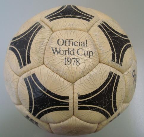 A bola (Tango) utilizada na final da Copa do Mundo de 1978.