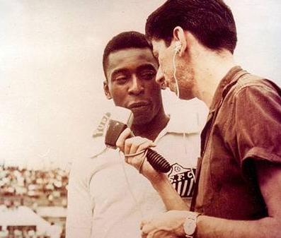 Vitor Moran, nos áureos tempos, entrevistando Pelé.