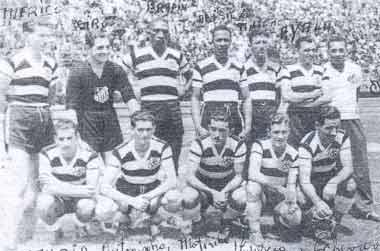 Salu (último em pé à direita) e o time do Santos FC de 1943