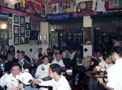 Santistas reunidos no Boleiros Bar