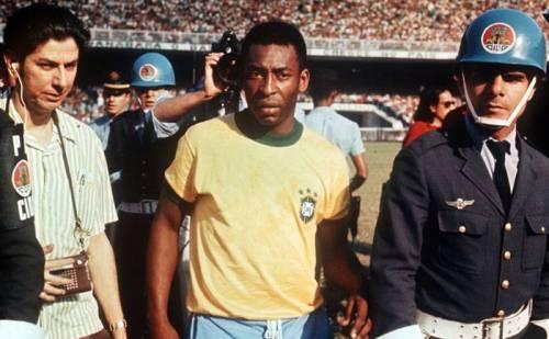 Pelé ao lado do repórter Vitor Moran no último jogo do Rei, no estádio do Morumbi, em São Paulo. Crédito da foto: My Ear