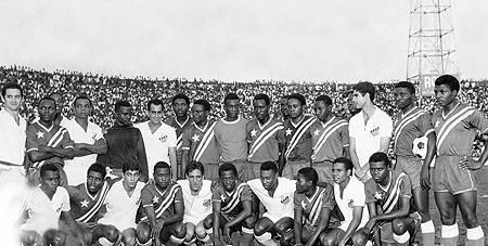 O Santos FC de Pelé & Cia com os jogadores da República Democrática do Congo (A). Um jogo que só foi possível graças ao orgulho e a veneração que os africanos tinham pelo melhor time do mundo.