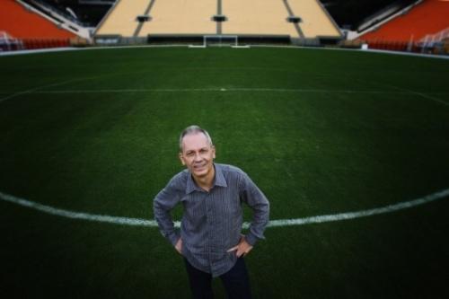 O santista José Miguel Wisnik no Estádio do Pacaembu, São Paulo. - Foto Caio Guatelli