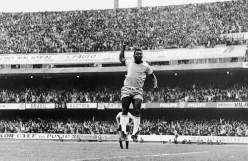 Pelé comemora gol, dando o famoso soco no ar, no jogo amistoso entre Brasil e Áustria, no estádio do Morumbi. Este foi o penúltimo jogo do craque, e que marcou sua despedida pelos campos de São Paulo, vestindo a camisa da Seleção. O jogo terminou empatado em 1 a 1. São Paulo, SP 11/07/1971. Foto: Domício Pinheiro/AE