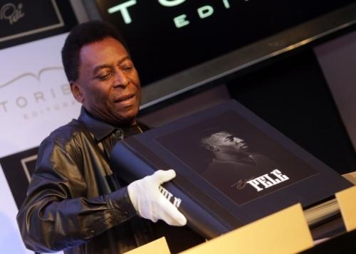 Rei Pelé apresentando o livro para imprensa. Foto Nilton Fukuda/Estadão