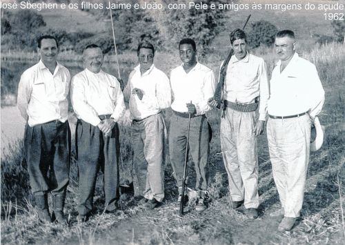 Na foto, José Sbeghen (segundo à partir da esquerda) e os filhos Jaime e João, com Pelé