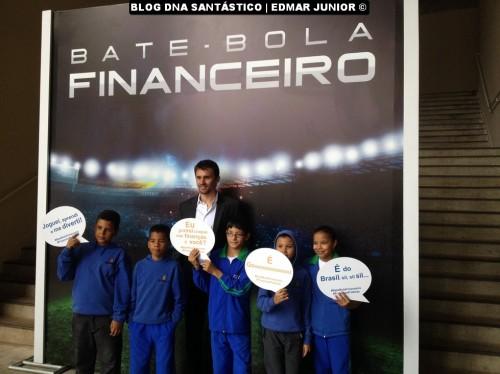 Jogador Paulo André e algumas das crianças que participaram do evento.