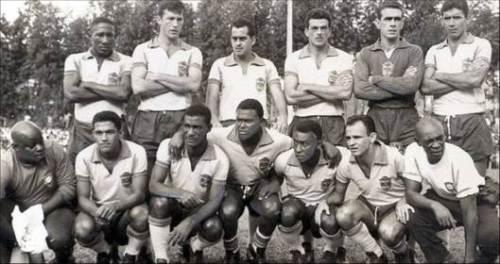 Uma das formações da Seleção na fase de preparação para a Copa de 1962: Djalma Santos, Bellini, Zito, Calvet, Castilho e Nílton Santos; Agachados: massagista Santana, Garrincha, Didi, Coutinho, Pelé, Pepe e o massagista Mário Américo.