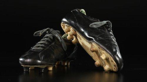 Chuteiras usadas na Copa de 1970; objetos do acervo pessoal de Pelé estão reunidos no livro 'As joias do rei', de Celso de Campos Jr. - Leo Feltran/Divulgação