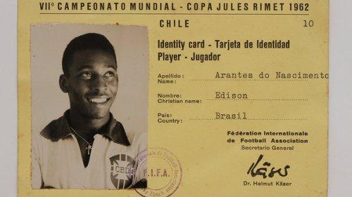 Credencial de atleta na Copa do Mundo; objetos do acervo pessoal de Pelé estão reunidos no livro 'As joias do rei', de Celso de Campos Jr. - Leo Feltran/Divulgação