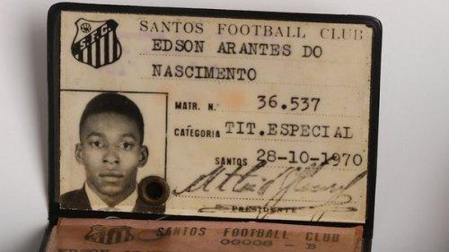 Carteira de atleta do Santos; objetos do acervo pessoal de Pelé estão reunidos no livro 'As joias do rei', de Celso de Campos Jr. - Leo Feltran/Divulgação