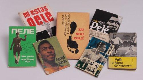 Livros publicados em diversos idiomas; objetos do acervo pessoal de Pelé estão reunidos no livro 'As joias do rei', de Celso de Campos Jr. - Leo Feltran/Divulgação