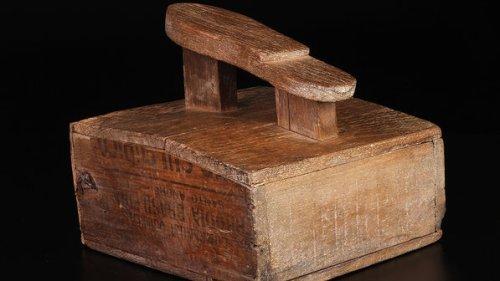 A caixa de engraxate usada na infância; objetos do acervo pessoal de Pelé estão reunidos no livro 'As joias do rei', de Celso de Campos Jr. - Leo Feltran/Divulgação