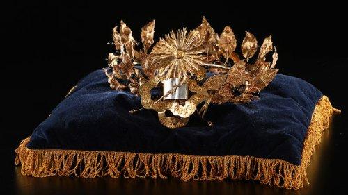Coroa entregue ao ex-craque; objetos do acervo pessoal de Pelé estão reunidos no livro 'As joias do rei', de Celso de Campos Jr. - Leo Feltran/Divulgação