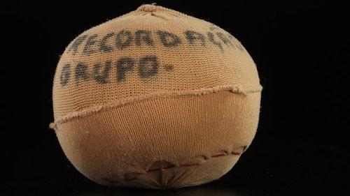 Bola de meia das peladas de infância; objetos do acervo pessoal de Pelé estão reunidos no livro 'As joias do rei', de Celso de Campos Jr. - Leo Feltran/Divulgação