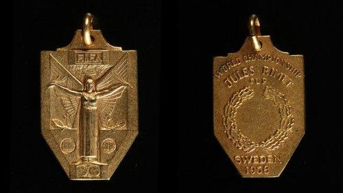 Medalha por conquista da Copa do Mundo; objetos do acervo pessoal de Pelé estão reunidos no livro 'As joias do rei', de Celso de Campos Jr. - Leo Feltran/Divulgação