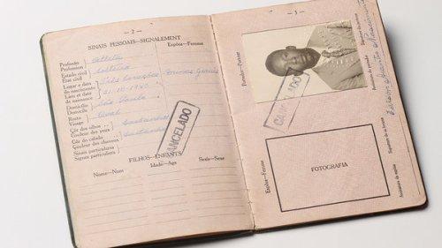 Primeiro passaporte, tirado para ir à Copa de 1958; objetos do acervo pessoal de Pelé estão reunidos no livro 'As joias do rei', de Celso de Campos Jr. - Leo Feltran/Divulgação
