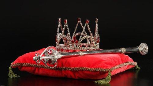 Coroa e cetro entregues ao ex-craque; objetos do acervo pessoal de Pelé estão reunidos no livro 'As joias do rei', de Celso de Campos Jr. - Leo Feltran/Divulgação