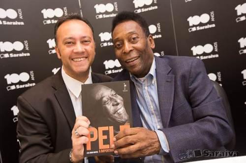 Edmar Junior e o Rei Pelé no evento de lançamento do livro.