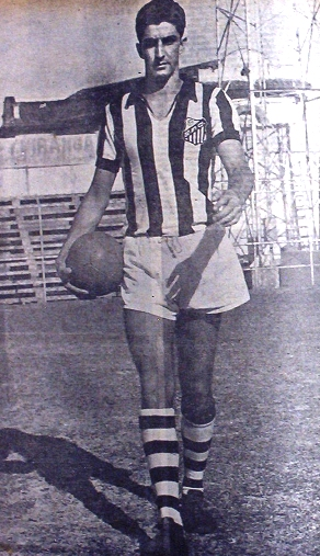 Ramiro Valente com a camisa do Alvinegro da Vila Belmiro, em 1957. Foto Walter Peres