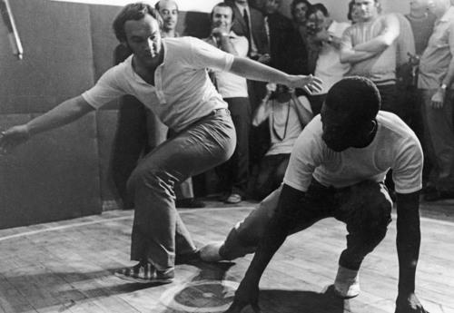 """Pelé, treina movimentos de capoeira na capital paulista, para compor o personagem Chico Bondade, um abolicionista do século XIX, interpretado pelo atleta no filme """"A Marcha"""". 15/04/1971. Foto: Reginaldo Manente/AE"""