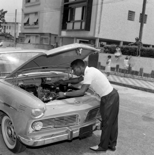 Pelé olha o motor do automóvel modelo Aero Willys, com o qual foi presenteado, em São Paulo. 20/01/1963. Foto:Vizzoni/AE