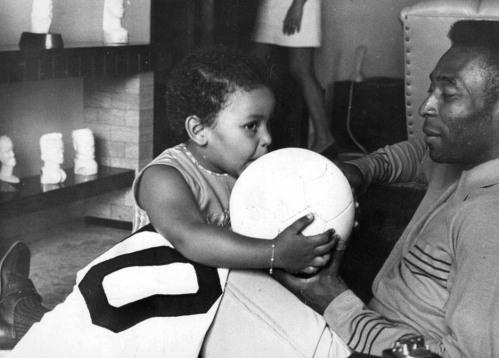 Pelé observa sua filha Kelly Cristina brincar com uma bola de futebol. Santos, 22/11/1969. Foto: AE