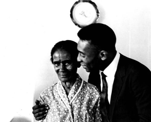 Pelé com sua avó Ambrosina, em Bauru, onde o jogador foi criado. O ídolo jamais perdeu o contato com a família. São Paulo, Bauru. 01/01/1966. Foto: AE