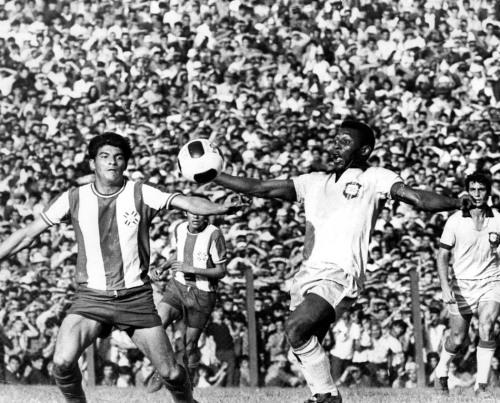 Paraguai, Assunção, 19/12/1973. Pelé se prepara para matar a bola no peito, em partida da Seleção Brasileira contra a seleção do Paraguai. À direita aparece o zagueiro Piazza. Pelé marcou um dos gols da vitória de 2 a 1. Foto: AE