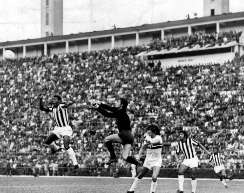 São Paulo, SP. Ano de 1972. No estádio do Pacaembu lotado, Pelé salta para tentar marcar gol de cabeça contra o São Paulo. No lance aparecem o goleiro Sérgio e o zagueiro Samuel, ambos do São Paulo, e Alcindo, do Santos, em segundo plano. Foto: Domício Pinheiro/AE